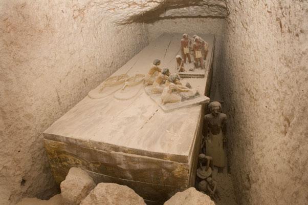Overzichtsfoto van het graf van Henoe